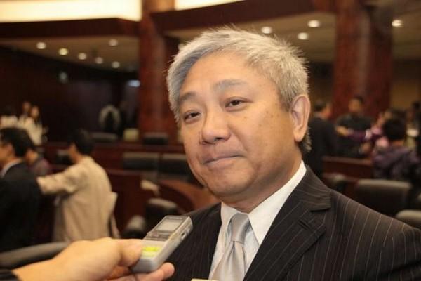 Macau casinos insist on smoking lounges