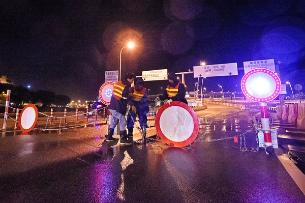 T8 signal lowered as Typhoon Kalmaegi makes landfall in China