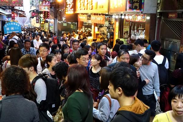 Macau sets new single-day border-crossing record