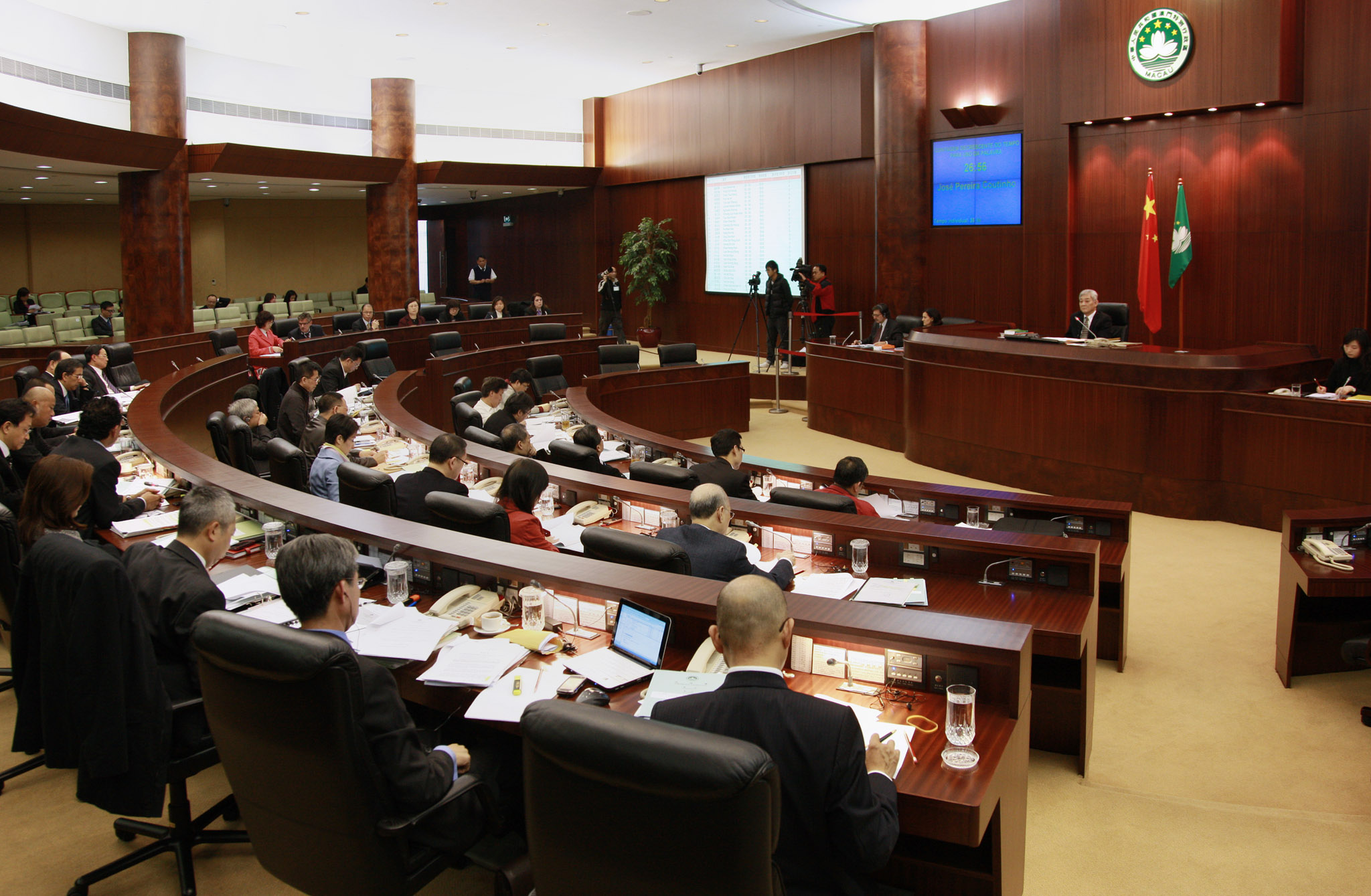 Lawmakers pass public servant's 5 pct pay hike