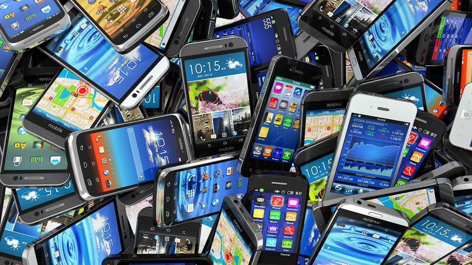 HK woman tells son to smuggle mobile phones to Zhuhai from Macau: report