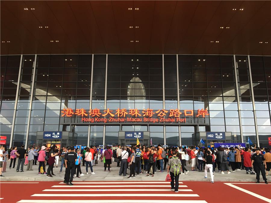Police suspect arson by HK man at delta bridge checkpoint