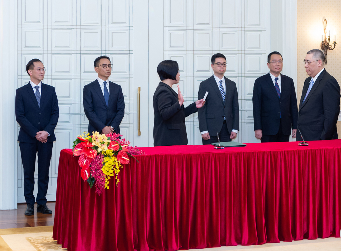 Chui swears in Electoral Affairs Commission's 5 members