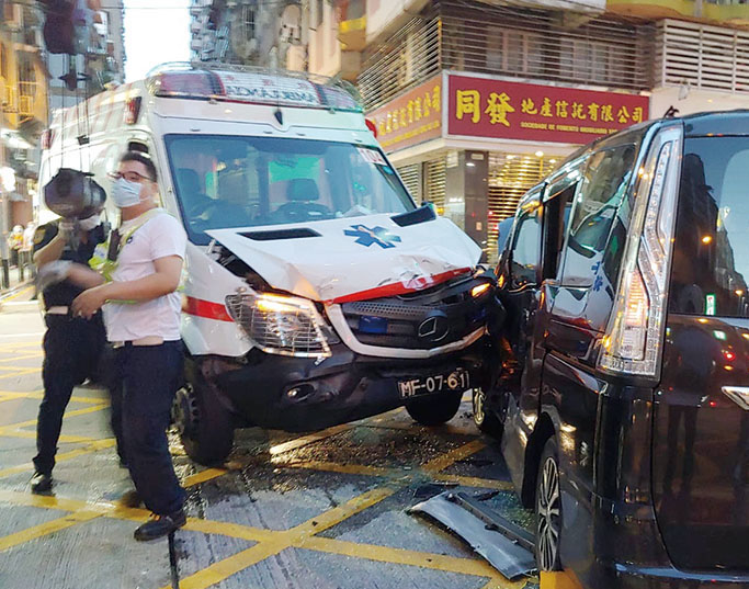 Ambulance carrying pregnant woman crashes with 7-seater carrier