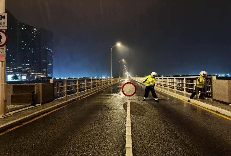 Police close bridges between Macao and Taipa