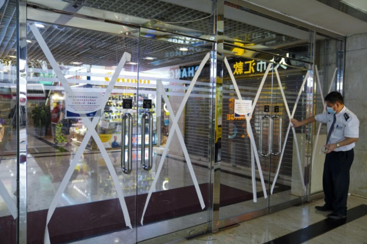 Hong Kong observatory defends hoisting of Signal No. 8