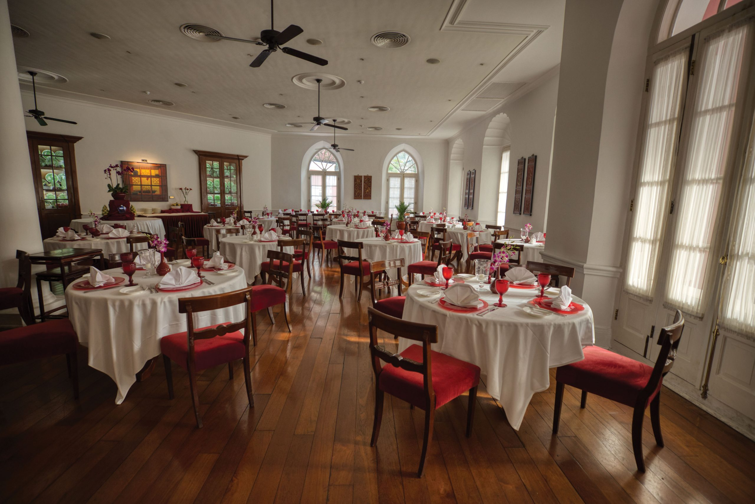 The club's ornate, spacious and relaxed dining area - Photo by António Sanmarful