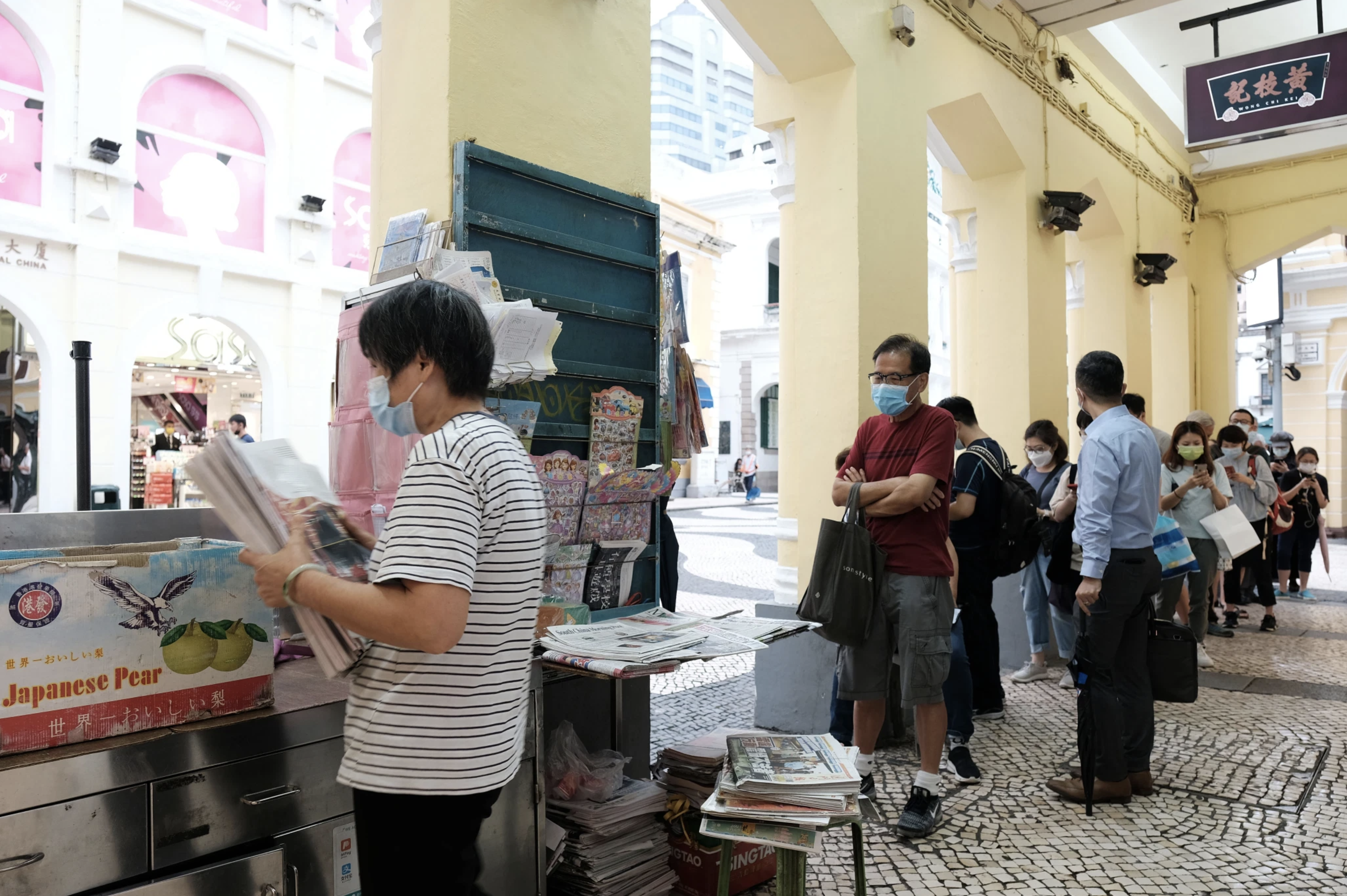 People in line for the last Apple Daily issue