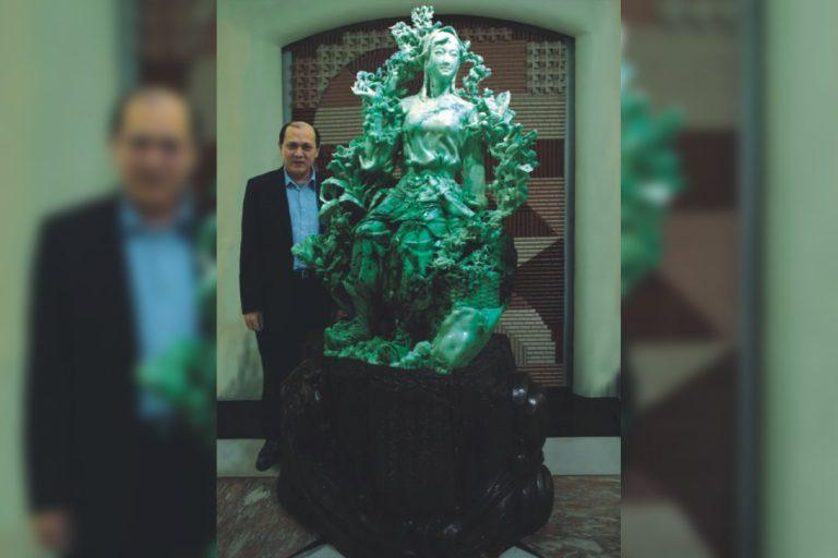 Liang Wannian with jade sculpture